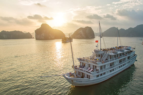 Boarding and disembarking Halong Bay cruise
